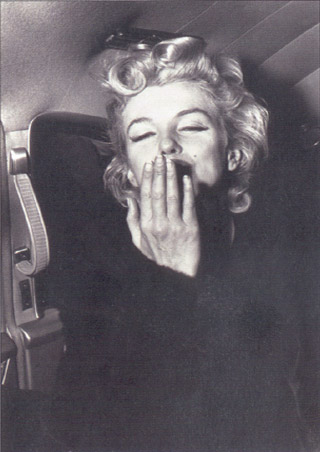 Marilyn Monroe blows a Kiss - Marilyn Monroe