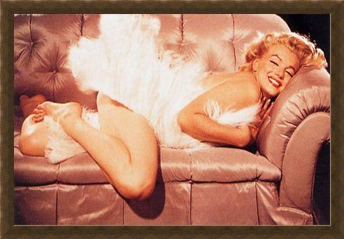 Framed Framed A Diva On The Sofa - Marilyn Monroe