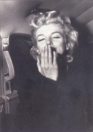 Marilyn Monroe blows a Kiss - Marilyn Monroe